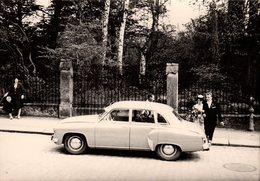 Photo Originale Couple De Mariés Et Leur Voiture Avec Chauffeur à La Sortie Du Parc - Auto's