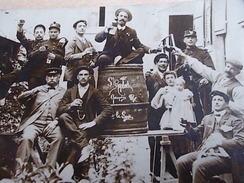 TRES BELLE CARTE PHOTO  GROUPES D HOMMES ET DE SOLDATS  L UN AVEC BOUTEILLE SUR UN TONNEAU  DE SAINT RAPHAEL QUINQUINA - Publicité