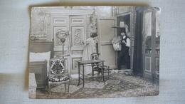 Photo Sépia, Décor De Pièce De Théâtre,  Une Chambre, 1 Homme Et 1 Femme, Tapis Mobilier D'époque - Old (before 1900)