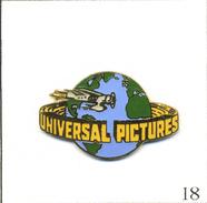 Pin's Cinéma - Universal Pictures Avec Planisphère. Estampillé Pinacle Designs. EGF. T556-18 - Cinema