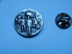 Beau Pin's En Relief , Armée Militaire , Gendarmerie , Bicentenaire De La Gendarmerie Nationale , Hélicoptére - Armee