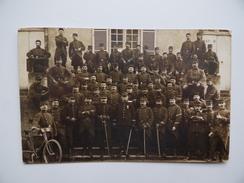 Carte-Photo Groupe De Militaire Régiment D'Infanterie 1911 Caserne Armée Même Correspondance Que N° 491627045 Convoyeur - Régiments