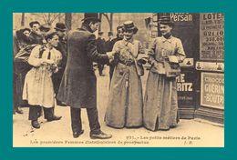 REPRODUCTION 75 Paris Les Premieres Femmes Distibutrice De Prospectus - Petits Métiers à Paris