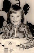 Photo Originale Jeu & Jouet - Portrait De Petite Fille & Son Téléphone Filaire Et Train De Bois Vers 1970 - Objets