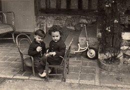 Photo Originale Jeu & Jouet - Jeune Duo En Tête à Tête & Patinette Vers 1960 - Anonymous Persons