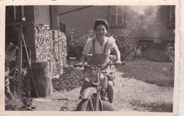Petite Photo  : Moto   Une Jeune Fille Sur Sa Moto (marque à Déterminer)  Dans Un Album Du Doubs - Other
