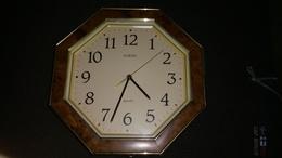 VEDETTE - HORLOGE DE CUISINE MURALE OCTOGONALE - DECO BAKELITE - QUARTZ - FONCTIONNE - Clocks