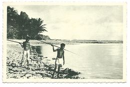 ILES CAROLINES - Dressés Sur Le Récif De Corail, Ces Petits Canaques Guettent Le Poisson Qui S'ébat. - Postcards