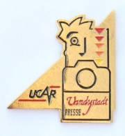 Pin's UCAR - VANDYSTADT PRESSE - Visage Et Appareil Photo - Prodimport - G1055 - Photography