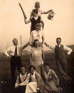 Amusante Photo Originale Rire Et Délire De La Jeunesse Vers 1920/30 - Pyramide & Casque à Pointe Pour Guerriers Amusés - Personnes Anonymes
