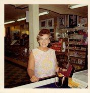 Photo Carré Couleur Bords Blancs Originale - Une Femme Chez Son Photographe ( Boutique & Magasin ) En 1971 - Cadres, ... - Objects