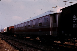 Photo Diapo Diapositive Slide Train Wagon Loco Locomotive Voiture De Service En 1975 VOIR ZOOM - Diapositives