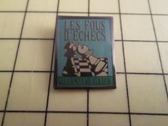 Pin713b Pin's Pins / Beau Et Rare / JEUX / JEU D'ECHECS CLUB LES FOUS D'ECHECS VILLENEUVE D'ASCQ - Games