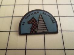 Pin713b Pin's Pins / Beau Et Rare / JEUX / JEU D'ECHECS CLUB ? LE CAVALIER SOLITAIRE ROBECQ - Games