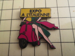 Pin716b   Pin's Pins / Beau Et Rare / PIN-UP : JAMBES FEMME SCOOTER EXPO A L'ITALIENNE Par VMP - Pin-ups