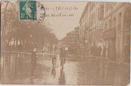 CPA PHOTO 49 ANGERS Inondations 1910 Le Quai National Au Fond Le Cirque Théatre Un Homme Faisant Des Exploits Rare - Angers