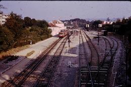 Photo Diapo Diapositive Slide Train Loco Wagon Locomotive Autorail En Gare à Aix En Provence En 1973 VOIR ZOOM - Diapositives