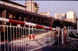 Photo Diapo Diapositive Slide Train Wagon PN Gardé Barrières Oscillantes Vers Aix En Provence En 1973 VOIR ZOOM - Diapositives