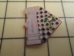 Pin1110  Pin's Pins / Beau Et Rare /  SPORTS : JEUX D'ECHECS ECHIQUIER DAMIER TOUR CLUB CEBC - Games