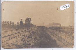 CARTE-PHOTO- LIGNES FERROVIAIRES DONT UNE AVEC TRAIN FUMANT - Postcards