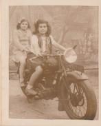 PHOTO 90X72 MN JEUNES FILLES SUR GROSSE MOTO A IDENTIFIER - Automobile