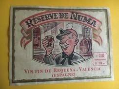 5975 - Rare  Réserve De Numa (hologer Avec Visière Loupe Frontale) Vin Fin De Requena Valencia Espagne Dessin Guinand) - Etiquettes