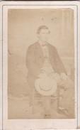 Photos Originales  Anciennes CDV  Photo Homme Assis Avec Canotier Photo Auguste Autin Montiviliers 1870 Ref 169 - Oud (voor 1900)