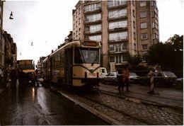 Bruxelles (1180) : Tram 92 Descendant Sous La Pluie L'avenue Brugmann à Uccle, Au Milieu Des Travaux. Photo.. - Transport Urbain En Surface