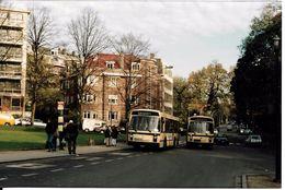 Bruxelles (1180) : Un Bus 43 Dépasse Un Bus 42, Avenue Defré à Uccle, à Hauteur Du Square Des Héros. Photo. - Transport Urbain En Surface