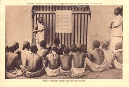 Afrique (TANZANIE ?)  Ecole Foraine Tenue Par Un Catéchsite  - ETAT =voir Desciption - Tanzanie
