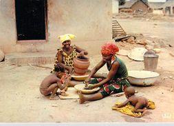 Afrique  En Couleurs Poterie Villageoise  (femmes Enfants Nus Nu - Sourires) * PRIX FIXE - Cartes Postales