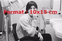 Reproduction D'une Photographie D'un Portrait De Mike Jagger Fumant Une Cigarette Dans Un Salon De Coiffure - Reproductions