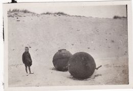 Photo 1920 Près ZEEBRUGGE (Zeebruges) - Enfant à Coté De 2 Mines Sur Une Plage (A184, Ww1, Wk 1) - Guerre 1914-18
