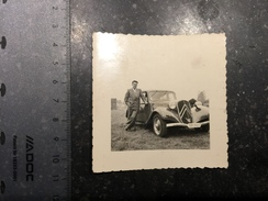 17WXY - Personne Devant Citroen Traction Avant - Automobile