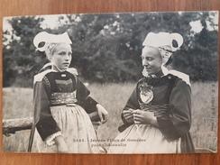 Jeunes Filles De Gouezec.coiffes Costumes Bretons.édition Hamonic - Gouézec