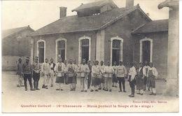 """MILITAIRES- CUISINIERS Du 16 ème CHASSEURS Au Quartier Colbert Portant La Soupe Et Le""""singe""""- 161217 - Guerre 1914-18"""