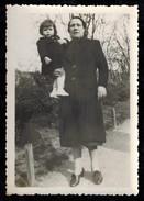 Photo 9 X 6 - Grande Femme Avec Sa Fille Dans Les Bras --- Del252 - Personnes Anonymes