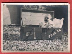 Photo Amateur Enfant Bébé En Caisse Genre Cantine Mention Fragile Vers 1950 Format 18 X 13 Cm - Personnes Anonymes