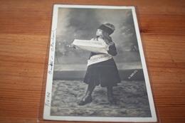 """CPA Métiers Parisiens  Presse Vendeuse De Journaux Journal """"La Petite République"""" Ecrite 1902 - Artisanat"""