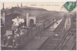 18 VIERZON CHEMIN DE FER GARE ET TRAIN ARRIVEE D UN ESPRESS CPA BON ÉTAT - Stations With Trains