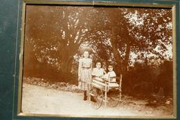 Photo D'enfants Avec Une Charette Sur Un Chemin ****  / POH 25 - Anonymous Persons