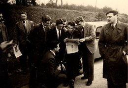 Photo Originale Journalisme - Photographe Amateur Et Jeunes à L'annonce Dans La Presse - Traction & Bérets Vers 1960 - Métiers