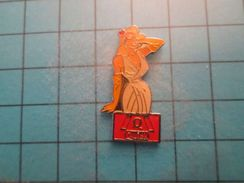 Pin513j Pin's Pins : Rare Et Belle Qualité : PIN-UP BLONDE A FORTE POITRINE RESTAURANT QUICK FAST FOOD - Pin-ups