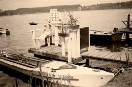 Photo Originale Bateaux & Barques à Moteur à Quai - Superbe Maquette De Vieux Gréement 3 Mâts Flottant Sur L'eau - Schiffe