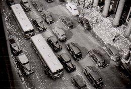 Photo Originale Défilé D'Autocar & Voitures Aux USA Lors D'une Ticket Parade Ou Ticker-Tape Parade Vers 1950 - Automobiles