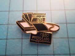 Pin513j Pin's Pins : Rare Et Belle Qualité : PHOTOGRAPHIE APPAREIL PHOTO POLAROID  PRESS LABO 1980 - Photography
