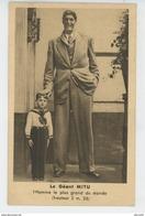 SPECTACLE - CELEBRITES - Portrait Du Géant MITU  Avec Pub Au Dos Pour Le RESTAURANT LEON ROYAL à PARIS - Cirque