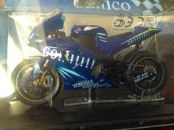 Vends Très Belle Réduction De Moto YAMAHA  1/22 °ème  YZ2R M1 - Motorcycles