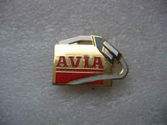 Pin's D'une Pompe à Carburant AVIA Avec Son Pistolet Distributeur - Fuels