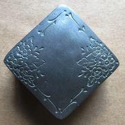 Petite Boîte Carrée (à Pillules...), Décor De Fleurs, AC - étain 92% Sans Plomb - Fait Main (époque Années 1920) - Tins